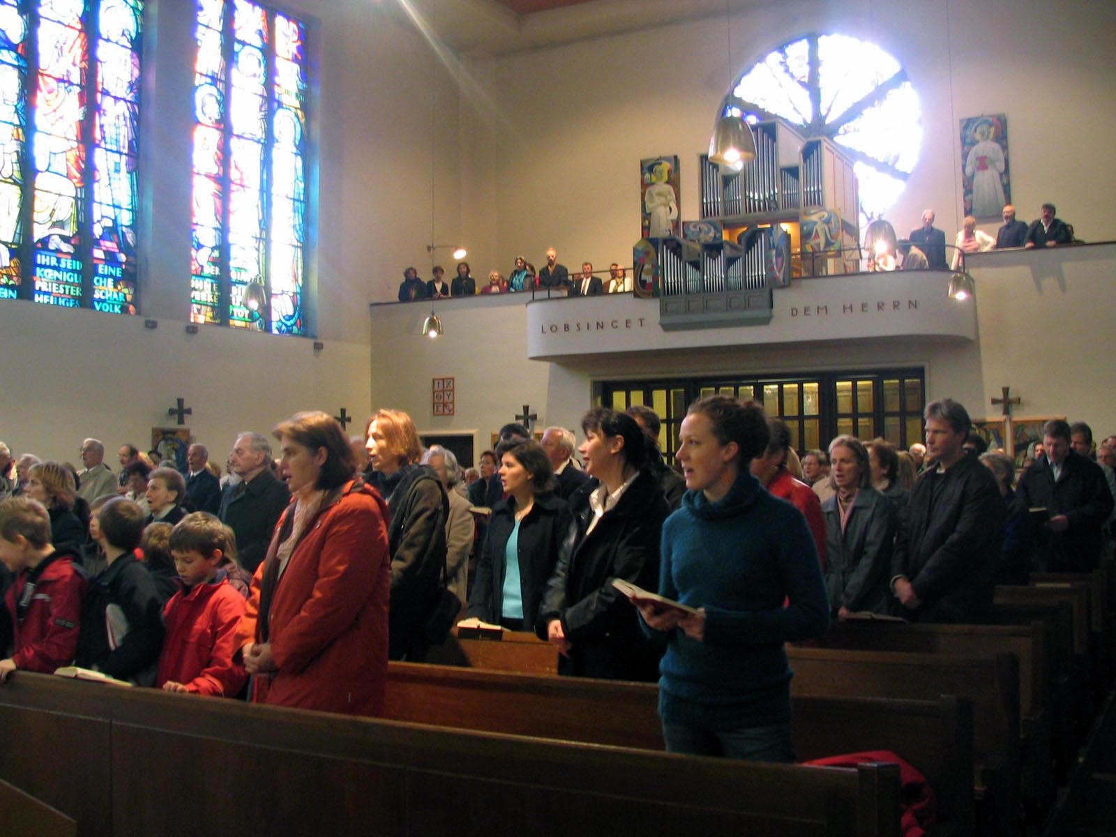 Innenraum mit Blick auf den Chor und der Heiller-Pircher Orgel
