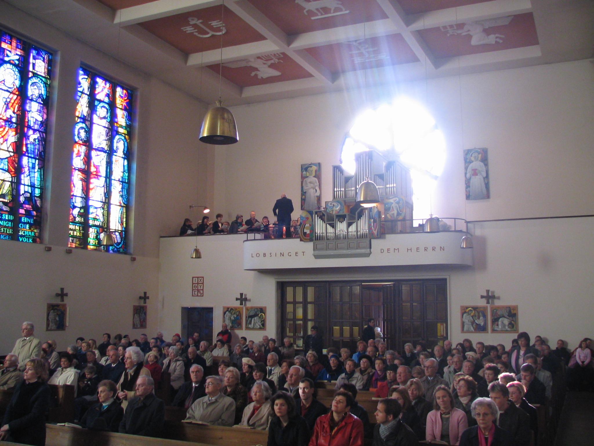 Innenraum mit Blick auf den Chor mit der Heiller-Pirchner Orgel