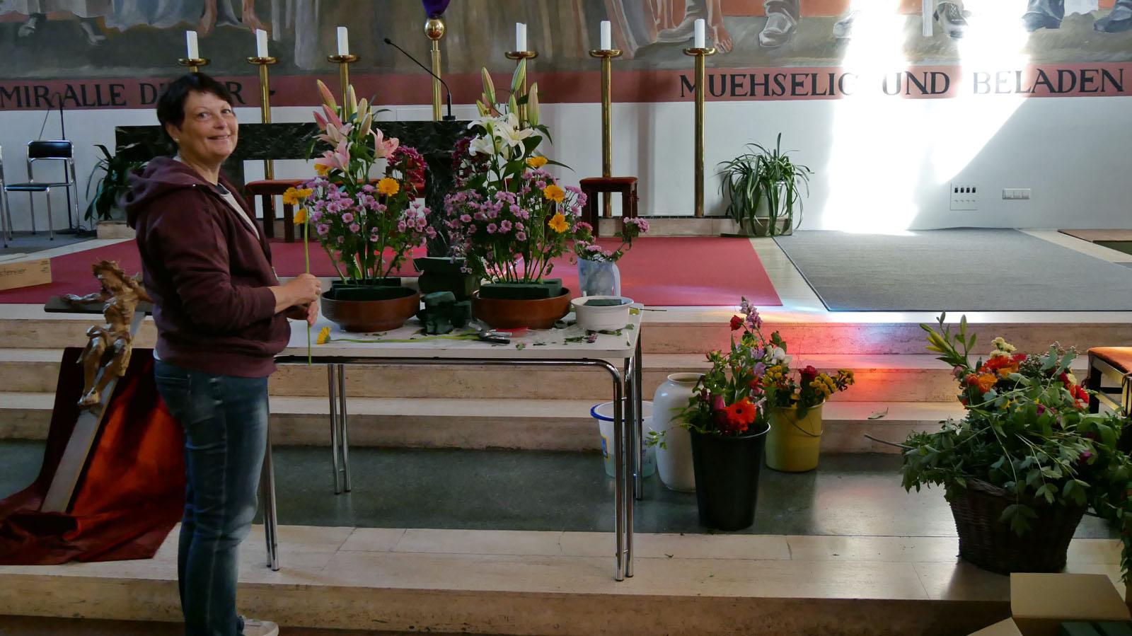 Karsamstag. In der Kirche Blumenschmuck für den Altar herrichten.
