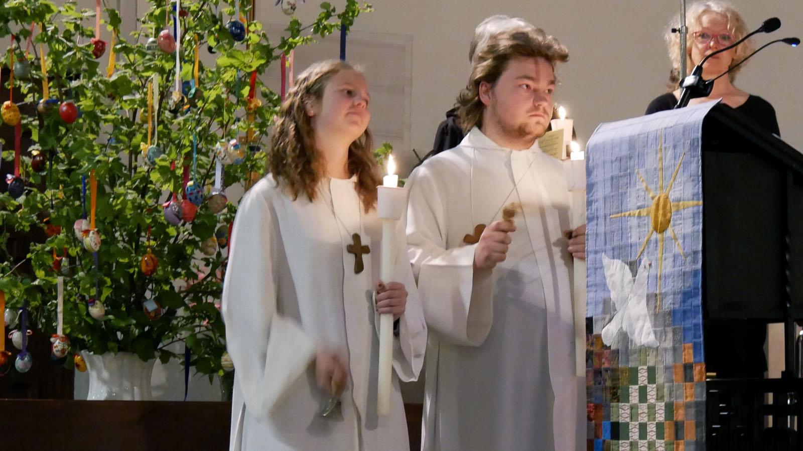 Ostersonntag, Auferstehungsfeier. Mit Ratschen ertönt auch wieder die Orgel.