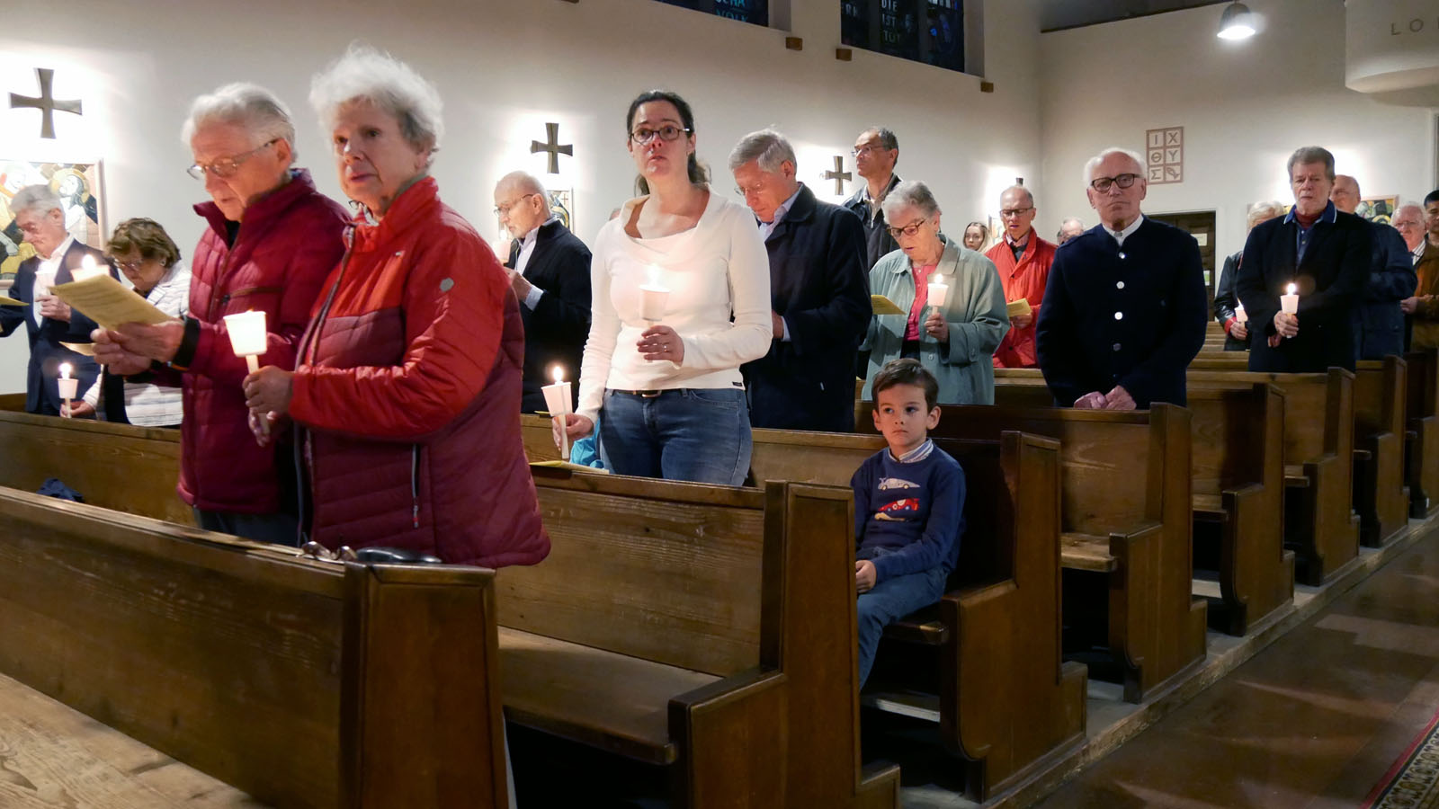 Ostersonntag, Auferstehungsfeier. Nach dem Gloria wird Licht gemacht.