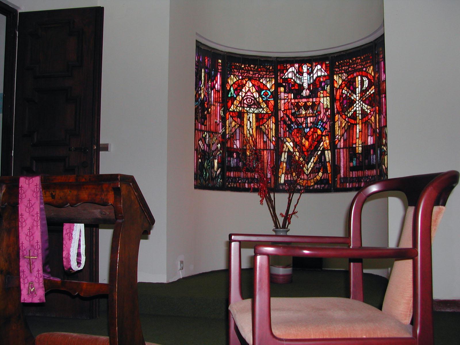 Aussprachezimmer mit halbrund gebogenenm Mosaikfenster von Rudolf Holzinger
