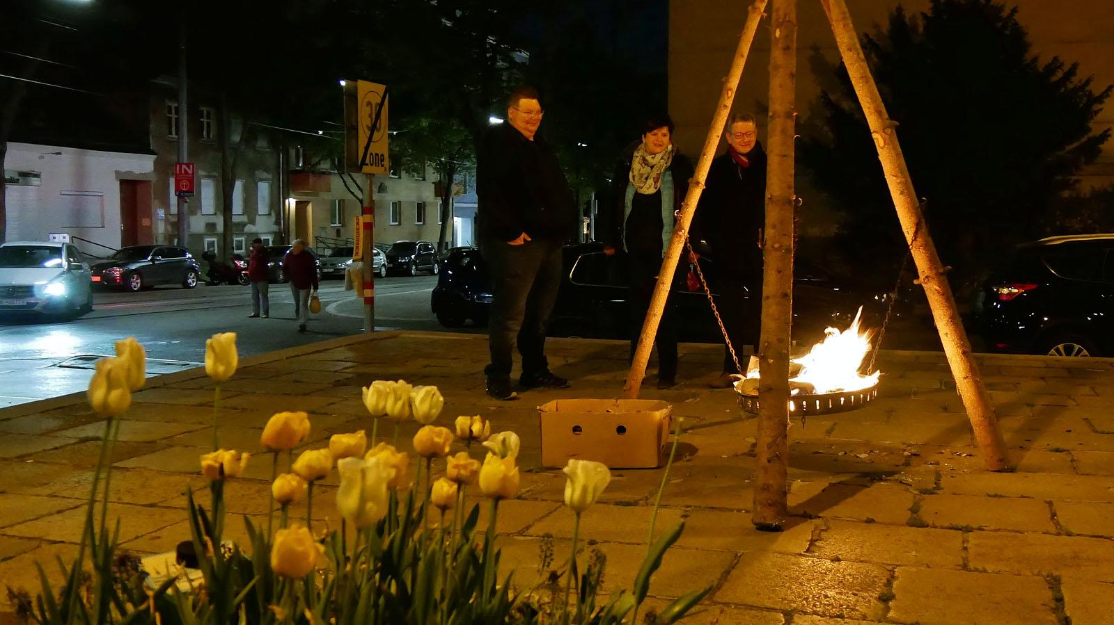 Ostersonntag, Auferstehungsfeier. Osterfeuer vor der Kirche.