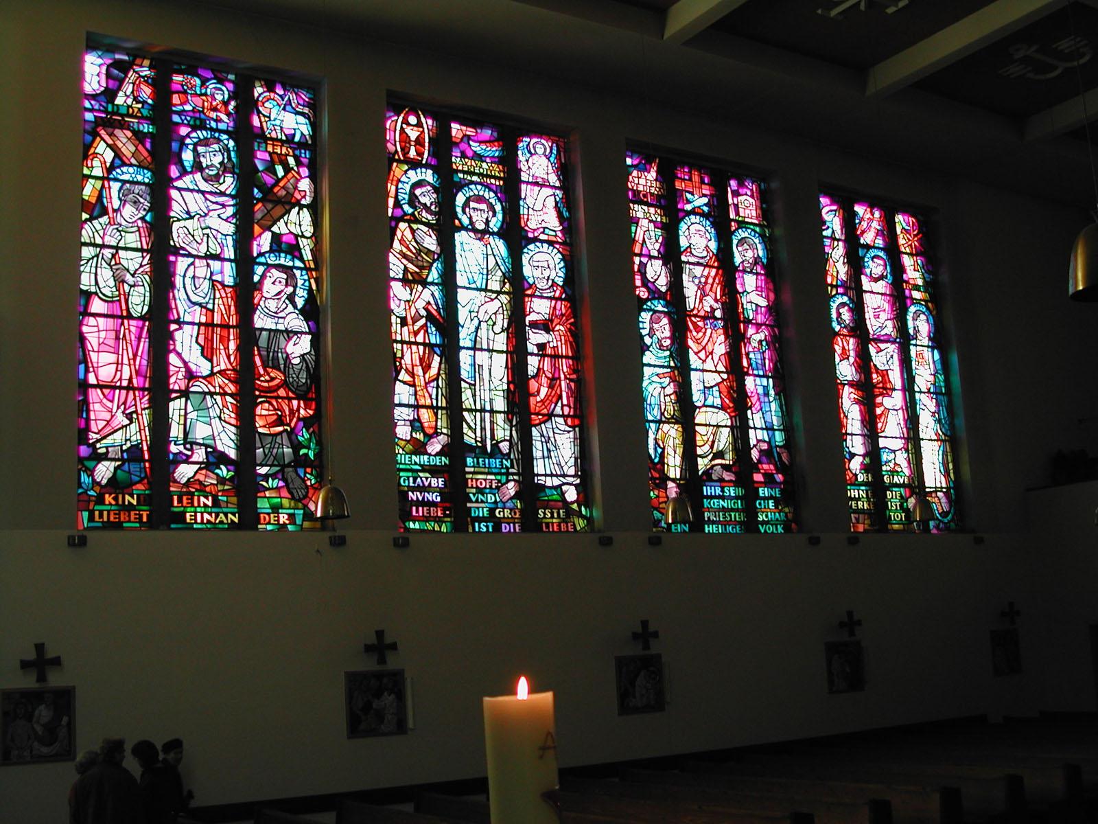 Mosaikfenster von Karl Hauk in der Ostwand mit den 12 Aposteln