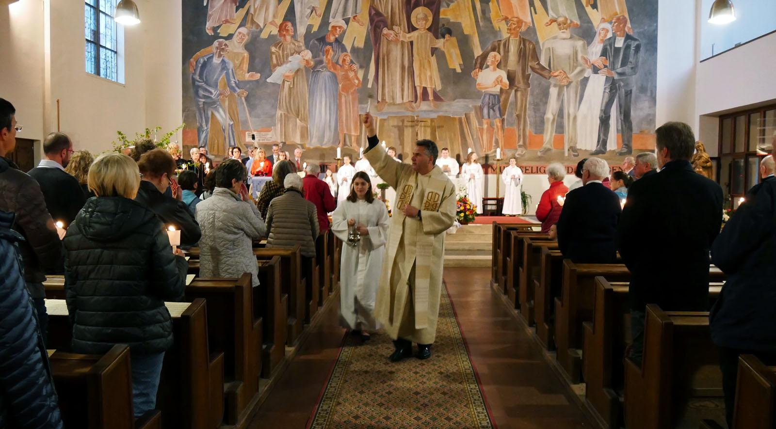 Ostersonntag, Auferstehungsfeier. Besprengung der Gemeinde mit Weihwasser.