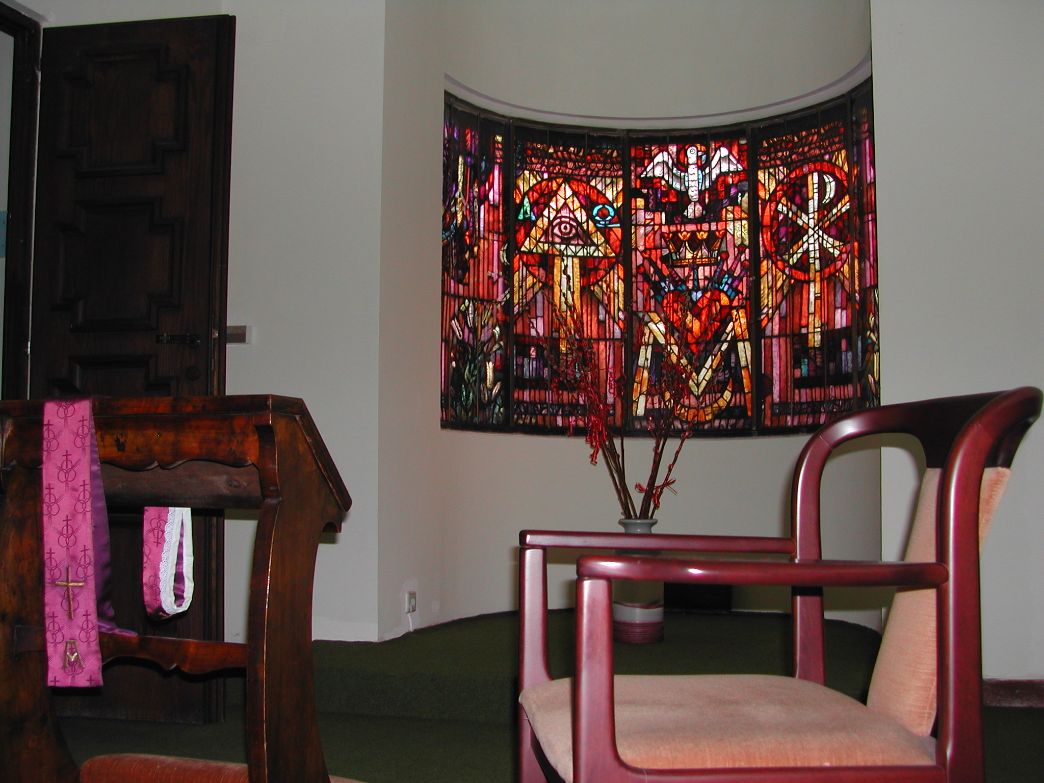Aussprachezimmer mit halbrund gebogenem Glasfenster von Rudolf Holzinger