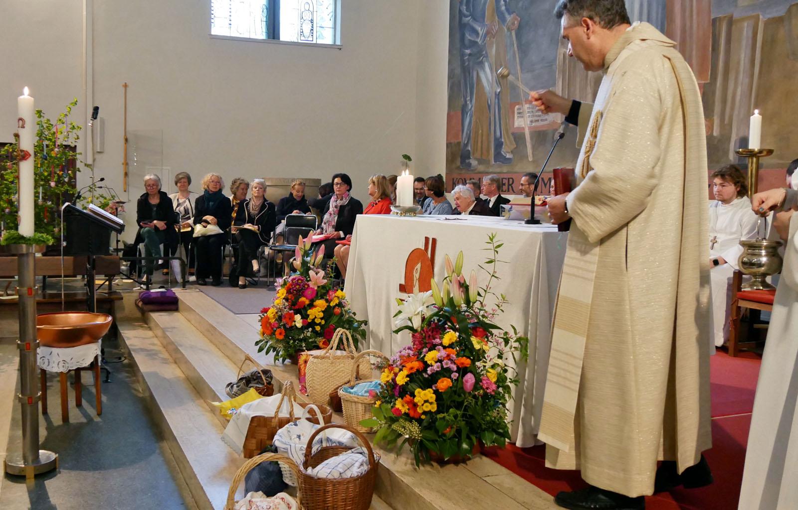 Ostersonntag, Auferstehungsfeier. Speisenweihe am Ende der Messe.