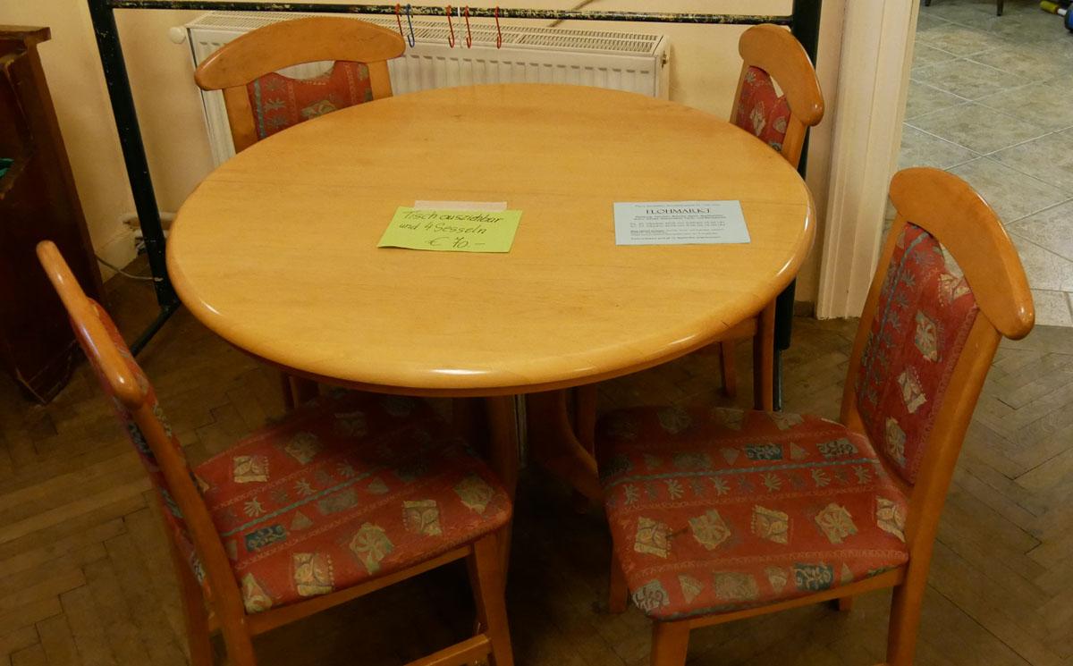 Tisch (ausziehbar) und 4 Sesseln