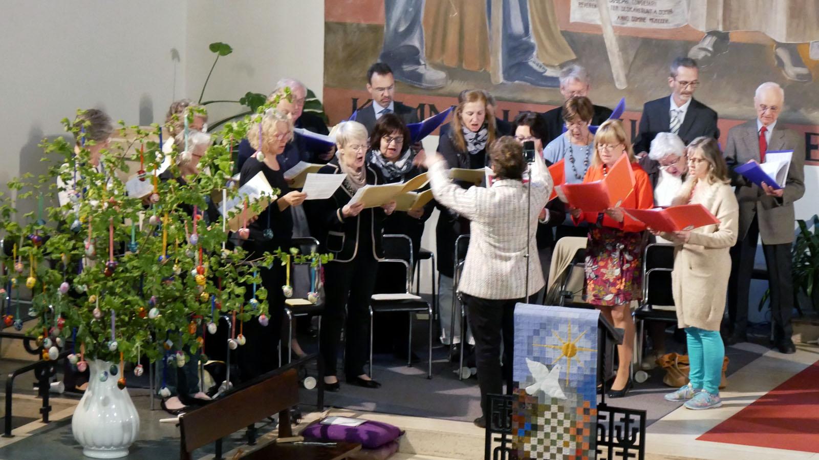 Ostersonntag, Auferstehungsfeier. Gabenlied mit dem Kirchenchor .