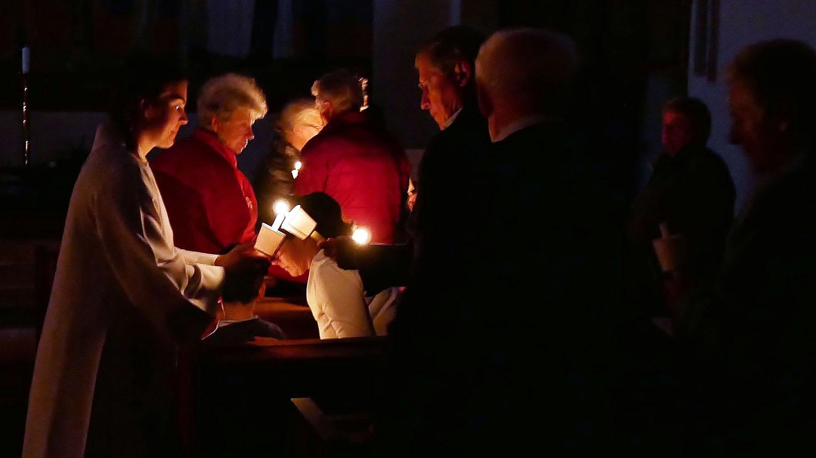 Ostersonntag, Auferstehungsfeier. Osterfeuer an Gemeinde weitergeben.