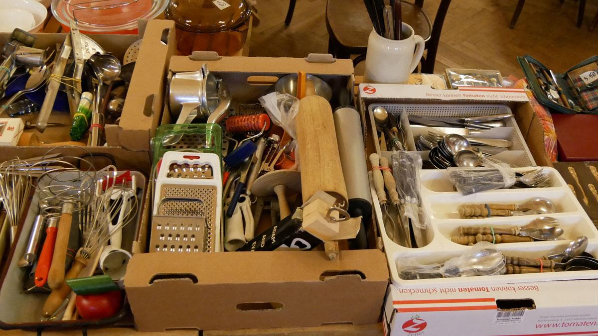 Besteck, Schöpfer, Kochlöffel und diverse Küchenbehelfe