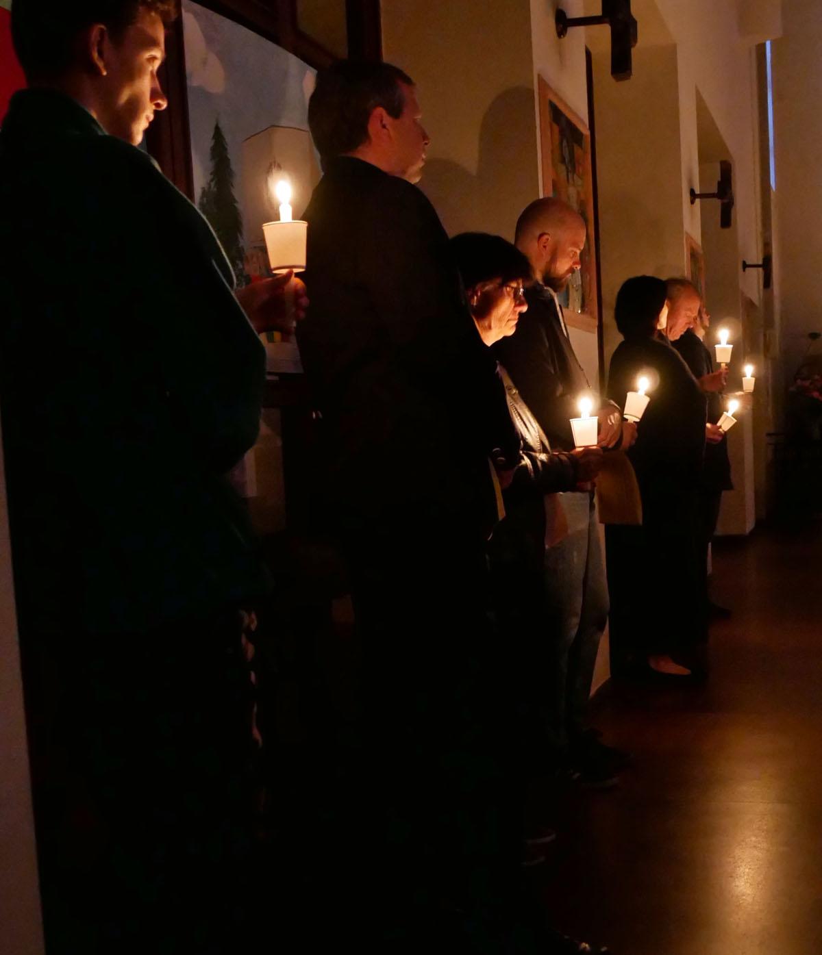 Ostersonntag, Auferstehungsfeier. Osterliturgie im Dunkeln.