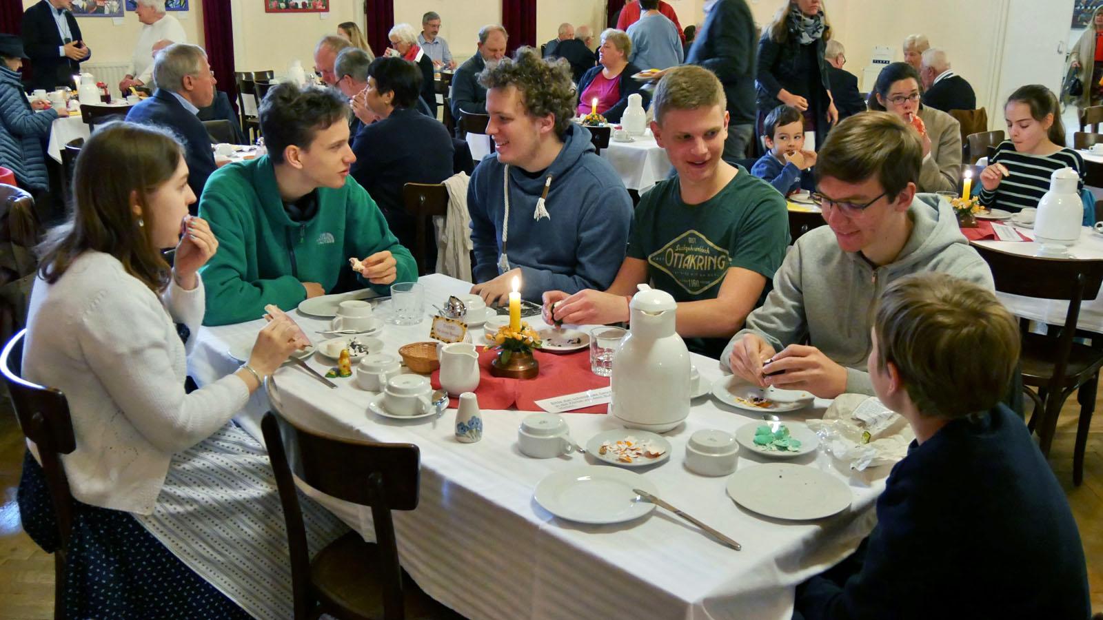 Osterfrühstück im Saal.