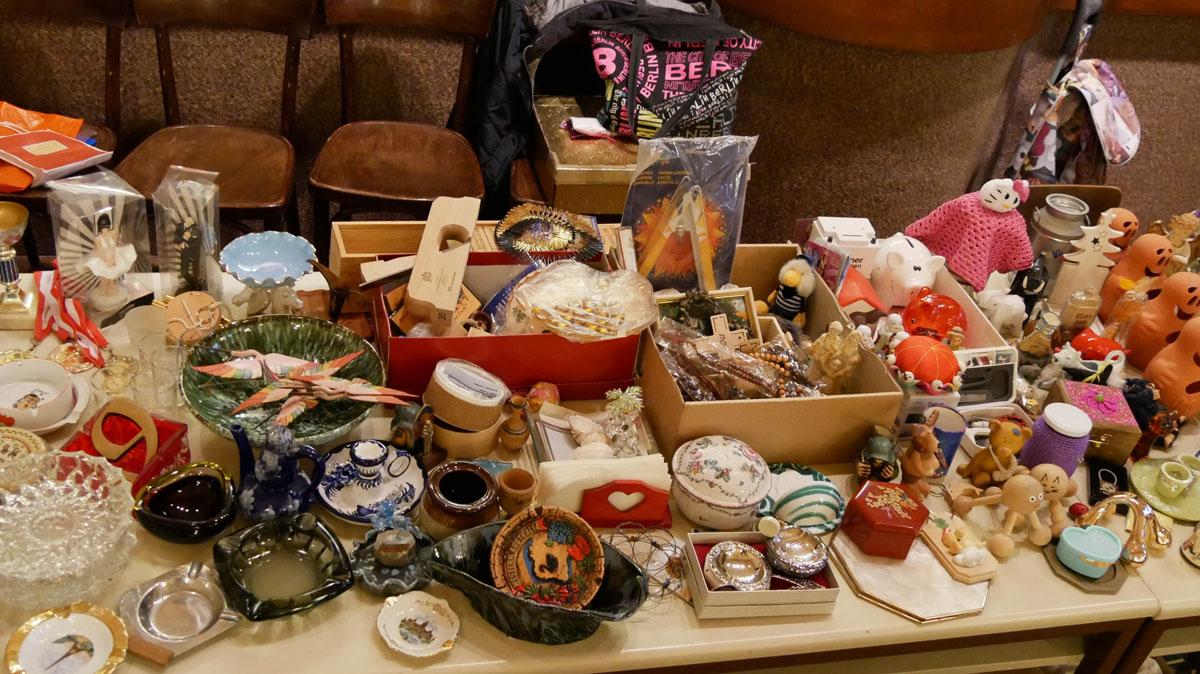 Aschenbecher, diverse kleine Ton- und Keramikschalen/gefäße, kleine Holzfiguren, Sparschweine