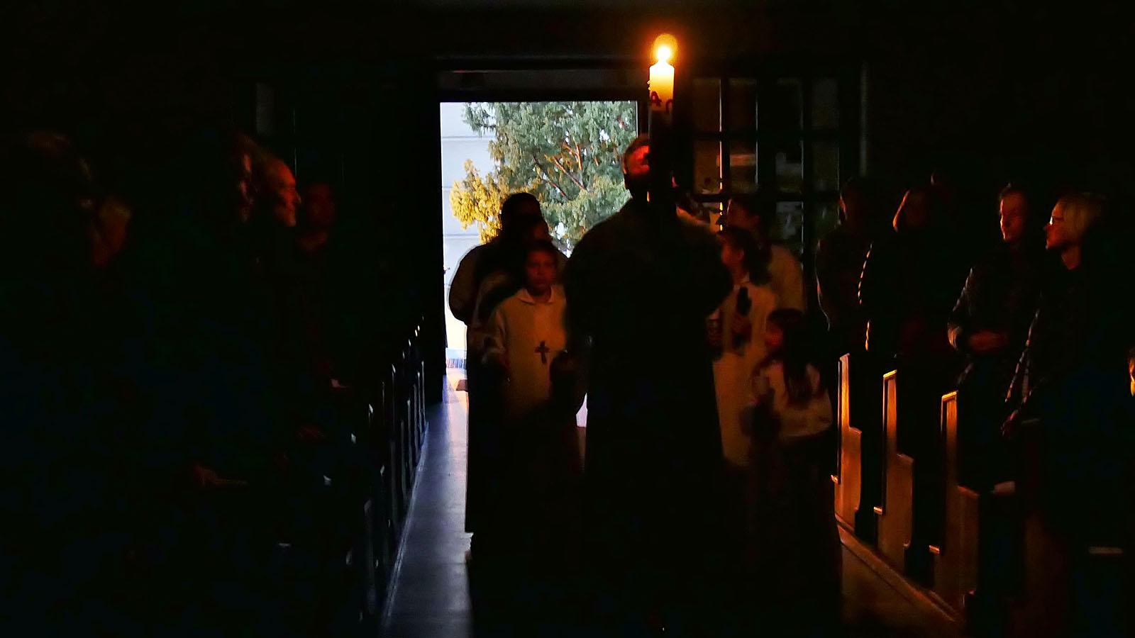 Ostersonntag, Auferstehungsfeier. Einzug mit Osterkerze.