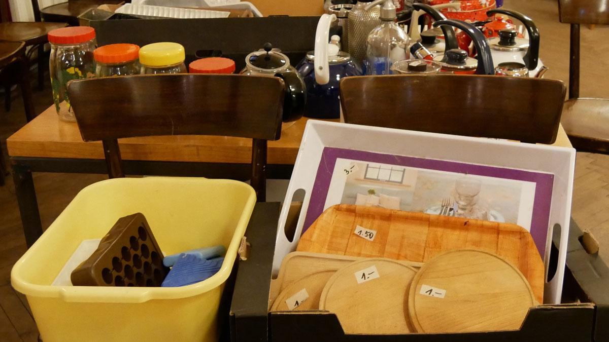 Holzteller und Tabletts