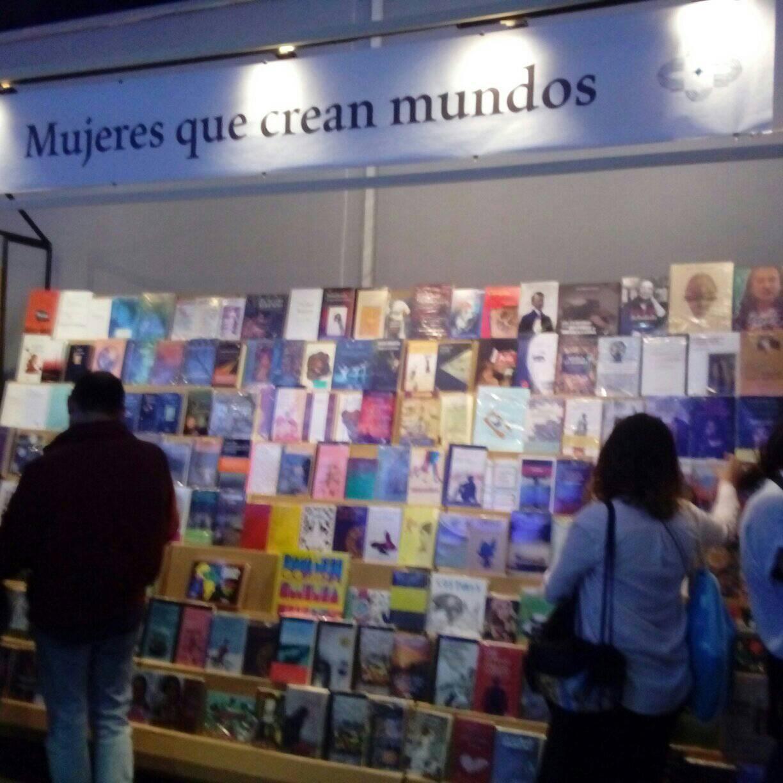 """En el pabellón Colombia, en el stand """"Mujeres que crean mundos""""."""
