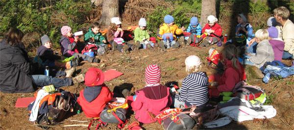 Die Gruppe bei einem Waldfrühstück
