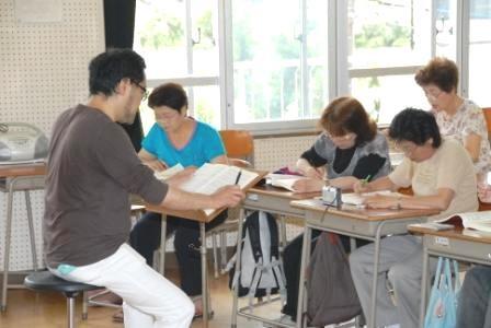 みんな中学生時代に戻って机に向かっています。笑いの絶えない教室です。