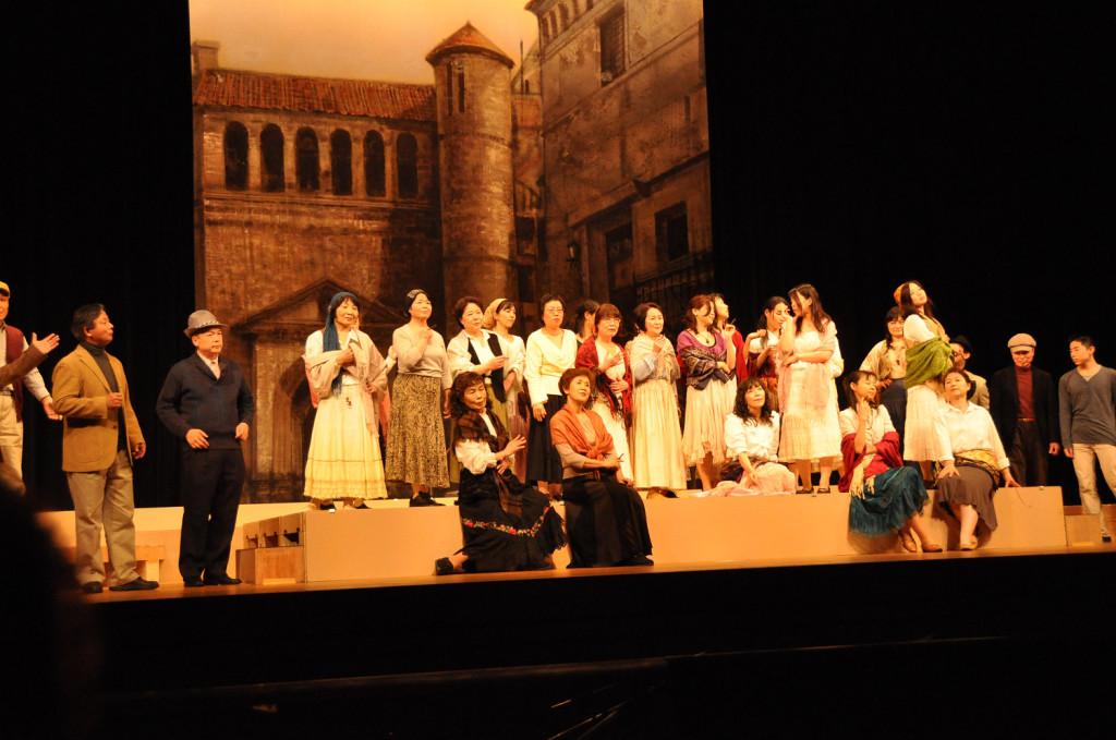初めて舞台を踏んだ綾瀬オペラ合唱団。