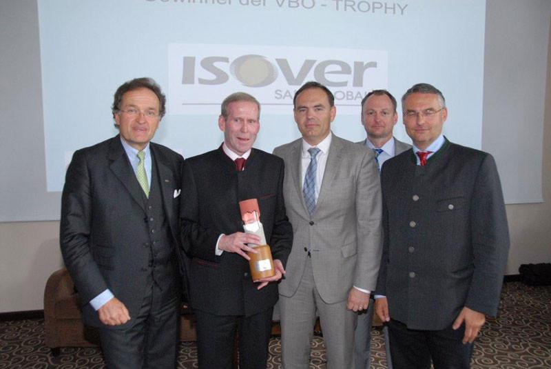 Die begehrte VBÖ – Trophy für die handelsfreundlichste Industrie ging an Isover. Franz Hartmann (mit Pokal), Daniel Domini und das VBÖ – Präsidium.