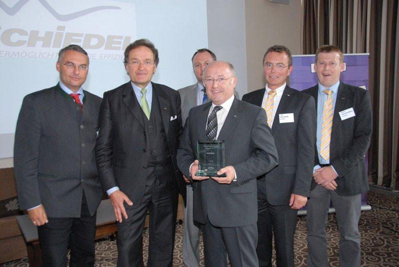 Herbert Schmoll freut sich gemeinsam mit seinen Mitarbeitern Josef Zeilinger und Markus Bachschwöll über den dritten Platz beim Wettbewerb zur handelsfreundlichsten Industrie des vergangenen Jahres.
