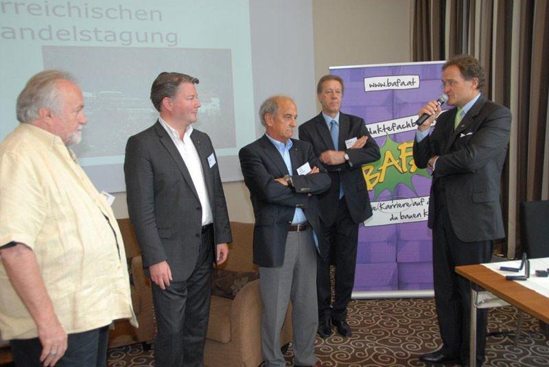 von li nach re: Dieter Jung, Carlo Egger und Josef Zott nahmen die Ehrennadeln als Auszeichnung entgegen.