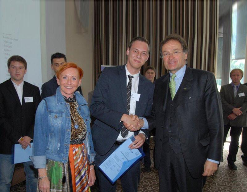Annemarie Werinos überreicht die Urkunde an den Diplom Bauprodukte Fachberater Kevin Berger von Firma Poschacher. Leonhard Helbich-Poschacher gratuliert zum Erfolg seines Mitarbeiters.
