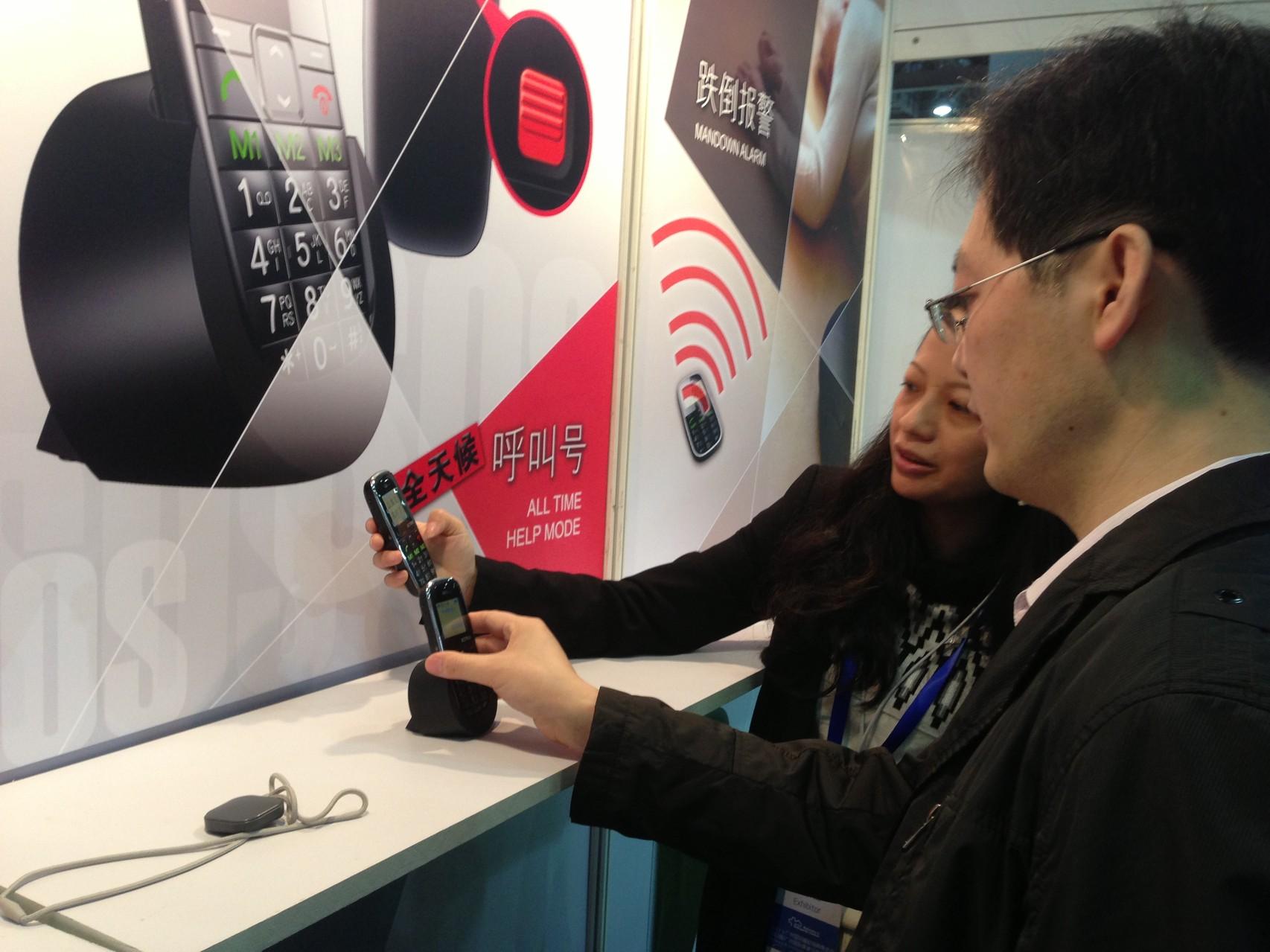 Demonstrating the function of elderly emergency mobile phone EC7000