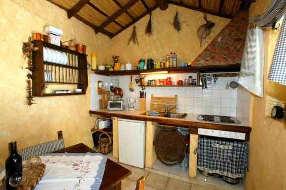 Die rustikale Küche vom Ferienhaus Nigara ist voll ausgestattet.