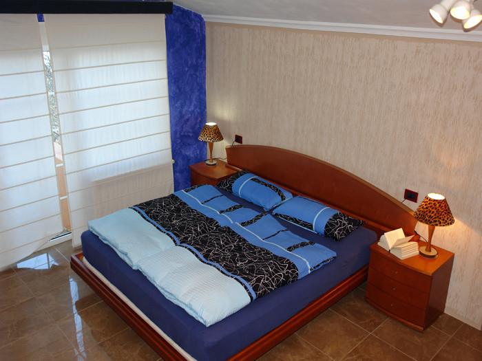 modernes Schlafzimmer in der Villa Alma im Süden von Teneriffa.