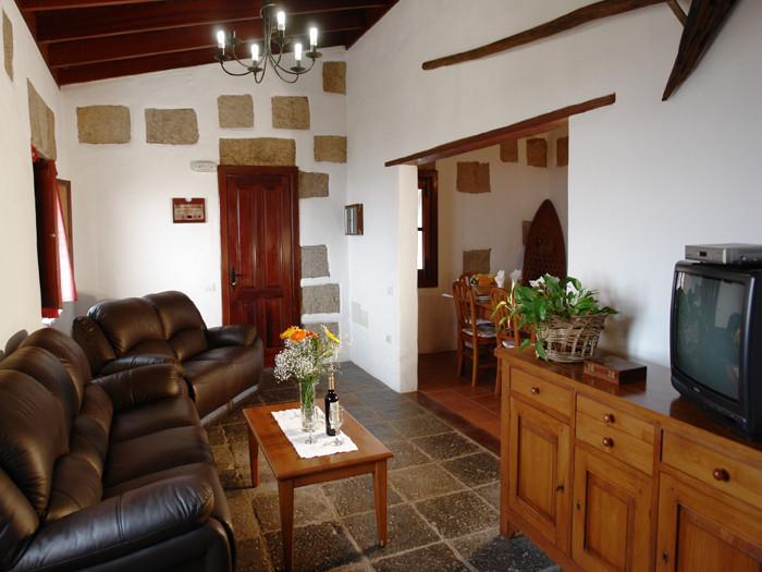 Wohnzimmer mit gemütlicher Leder Couch und Sesseln in dunkel Braun