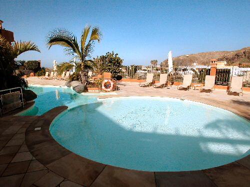 gut ausgestattete Penthauswohnung Beatrizia mit einer Wohnfläche von circa 129qm, 2 Balkonen mit tollem Meerblick,  Dachterrasse mit Whirlpool sowie einem Gemeinschaftspool befindet sich in Palm Mar.