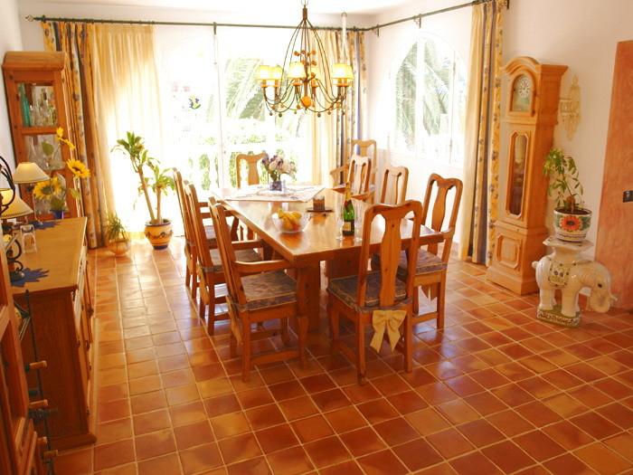 Eleganter Essbereich mit großem Esstisch mit Platz für die ganze Familie.