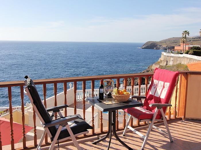 Blick auf das blaue Meer und dem blauen Himmel von der oberen Terrasse der Ferienvilla