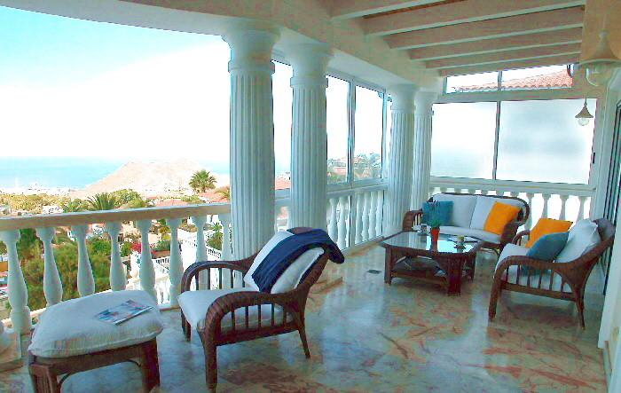 Grosse Terrasse mit Sitzmöbeln im Penthaus mit Meerblick und Pool in Chayofa auf Tenerife