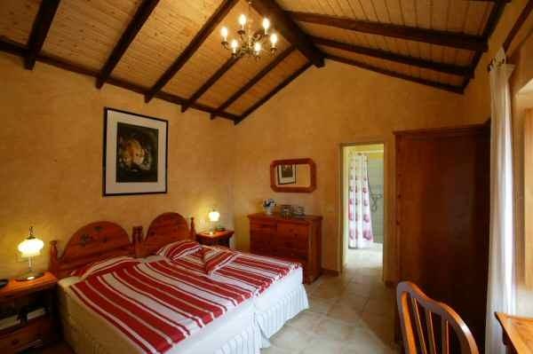 Rustikales Schlafzimmer mit Doppelbett im Ferienhaus auf einer Finca in Guia de Isora auf Tenerife