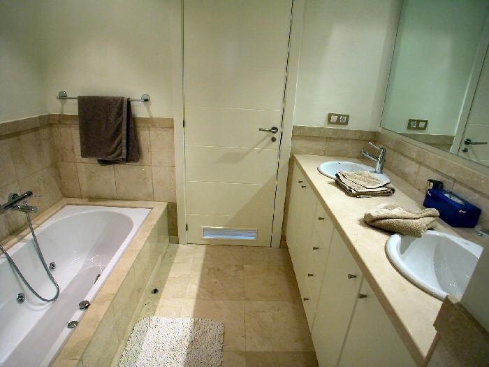Bad in warmen Tönen grenzt genau an das Schlafzimmer und ein Doppelwaschbecken, WC, Dusche und sogar Whirlpoolwanne, Teneriffa Urlaub pur!