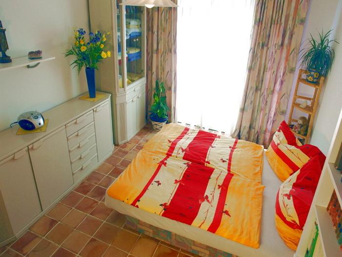2.Schlafzimmer mit Doppelbett mit Einzelmatratzen, Komode und Kleiderschrank.