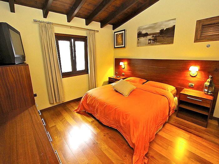 Elegantes Schlafzimmer mit Schränken des Ferienhauses mit Pool auf Teneriffa an der Playa Soccoro