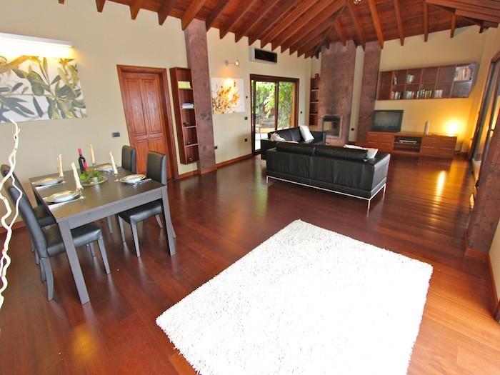 Elegantes Wohnzimmer mit Holzdeckenbalken des Ferienhauses auf einer schönen Finca im Norden von Teneriffa, Nähe Playa Soccoro