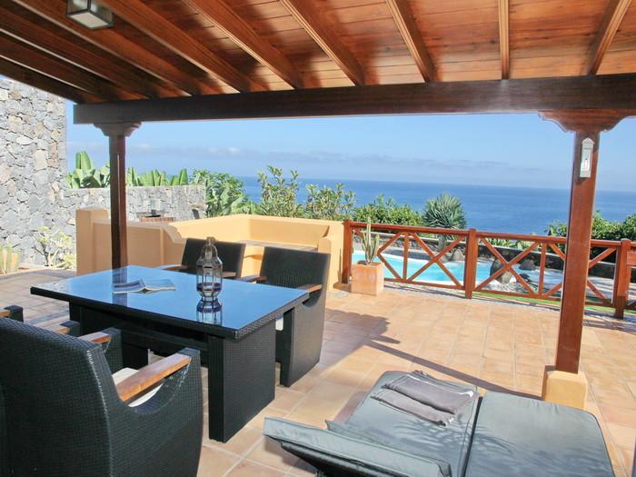 Terrasse mit Sitzmöbeln der Finca Urlaubstraum mit eigenem Pool und Internet