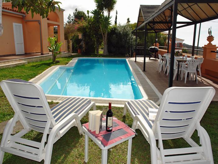 Der Pool in der Villa Alma  ist 12 x 5,60 m groß und zwischen 1 und 1,60 m tief.