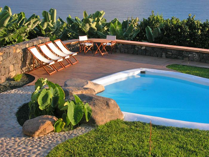 Sonnenliegen am Pool auf der grossen Sonnenterrasse am Ferienhaus auf Teneriffa