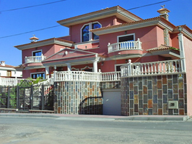 Eingang der Villa Veronique mit Pool in Los Christianos auf teneriffa