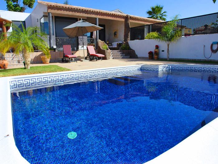 Solar und mit einer Wärmepumpe beheizter Pool