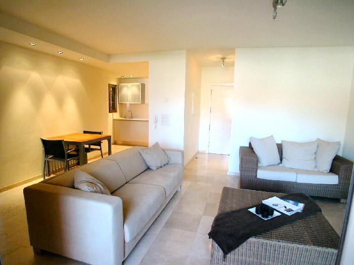helles grosse Wohnzimmerbereich mit gemütlichen Sofa