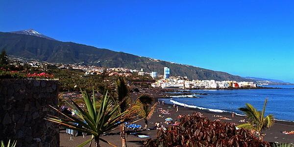 der Strand mit Sonne und Meer und im Hintergrund der Teide so macht Urlaub Spass