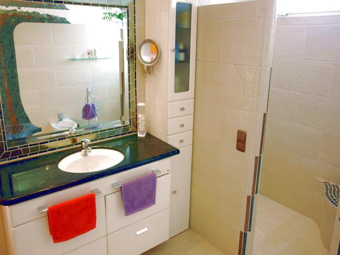 Bad mit Dusche, Badewanne, WC, Bidet und Föen ausgestattet.