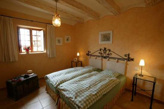 Schlafzimmer mit Doppelbett in der Casa Verde mit Pool in Guia de Isora auf tenerife